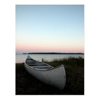 Canoa en la postal de la playa