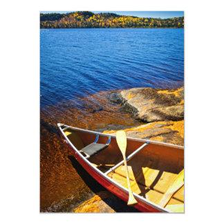 Canoa en orilla invitación 12,7 x 17,8 cm