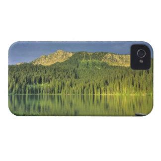 Canoa en poco lago Theriault cerca de Eureka iPhone 4 Case-Mate Cárcasa