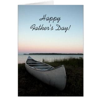Canoa en tarjeta del día de padres de la playa