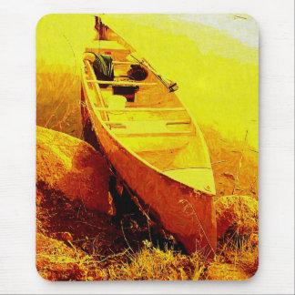Canoa por la línea de la playa mouse pad