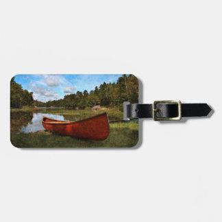 Canoa roja del vintage etiquetas maletas