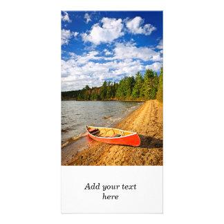 Canoa roja en orilla del lago plantilla para tarjeta de foto