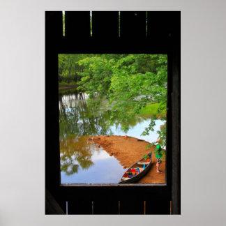Canoa y río por dentro del puente cubierto posters