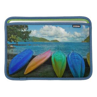 Canoas coloridas en la playa en Pago Pago Funda Macbook Air