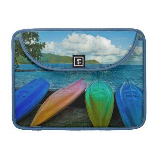 Canoas coloridas en la playa en Pago Pago Fundas Para Macbooks