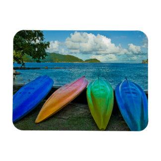 Canoas coloridas en la playa en Pago Pago Iman De Vinilo