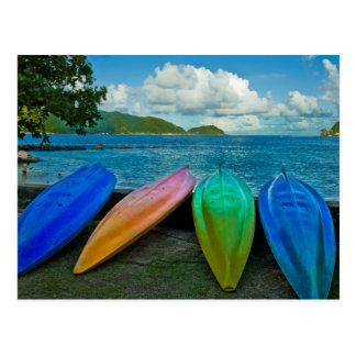 Canoas coloridas en la playa en Pago Pago Postal