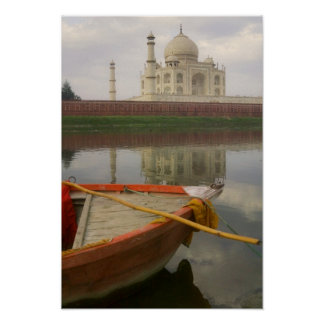 Canoe en agua con el Taj Mahal Agra la India Poster