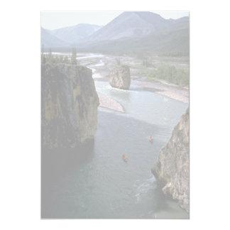 Canoeists, río de la montaña, territorios del invitación