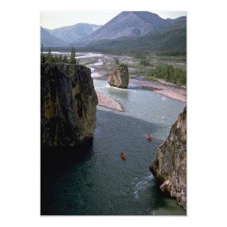 Canoeists, río de la montaña, territorios del anuncios