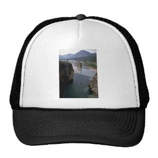 Canoeists, río de la montaña, territorios del noro gorras de camionero