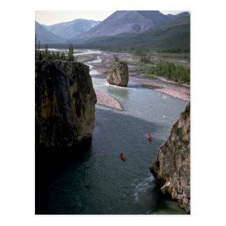 Canoeists, río de la montaña, territorios del noro tarjeta postal