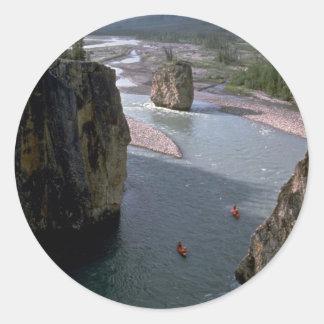 Canoeists, río de la montaña, territorios del pegatina redonda