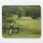 Canon en la colina Mousepad del cementerio
