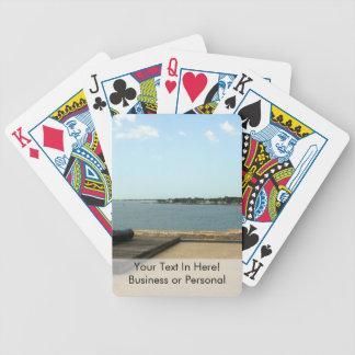 Canon en la plataforma sobre entrada en St Baraja Cartas De Poker