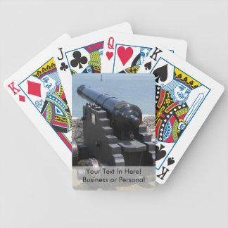 Canon sobre castillo empareda barajas de cartas
