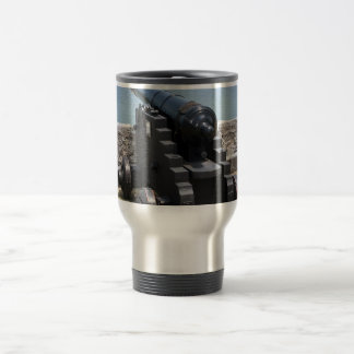 Canon sobre castillo empareda tazas de café