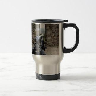 Cañones y bolas de cañón dentro del molde de taza de viaje de acero inoxidable