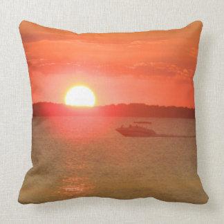 Canotaje durante puesta del sol almohadas
