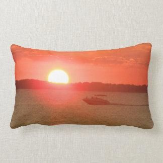 Canotaje durante puesta del sol almohada