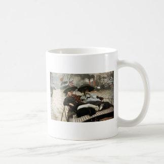 Canotaje en el puerto taza de café