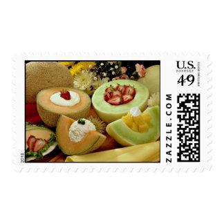 Cantalupos y melones en tabla de cortar con el sello