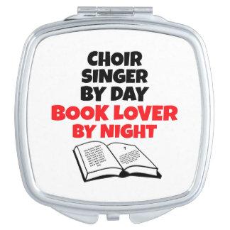 Cantante del coro del aficionado a los libros espejos de viaje