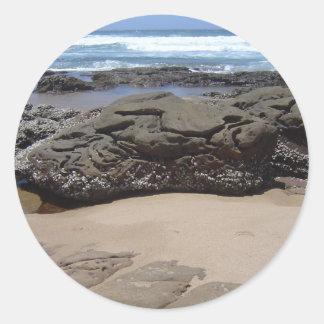 Cantos rodados de la playa pegatina redonda