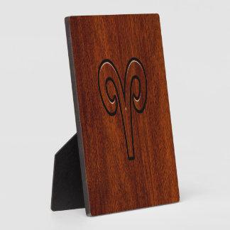Caoba de Brown del símbolo del zodiaco del aries Placa De Madera