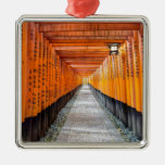 Capilla de Fushimi Inari, Kyoto Japón Adorno Cuadrado Plateado
