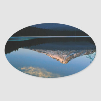 Capilla del lago del Trillium Oregon Pegatina Ovalada