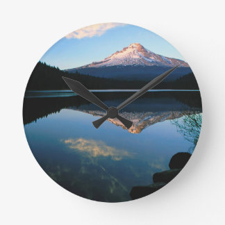 Capilla del lago del Trillium Oregon Relojes De Pared