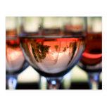 Capilla del soporte en una copa de vino tarjeta postal