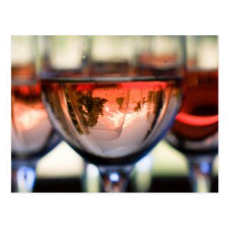 Capilla del soporte en una copa de vino tarjetas postales
