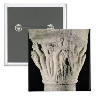 Capital de columna con un hombre con los brazos au pin cuadrado