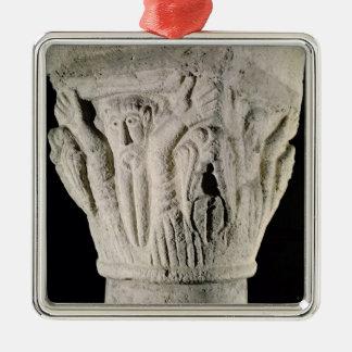 Capital de columna con un hombre con los brazos adorno