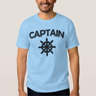 Capitán del barco con la rueda de las naves playeras