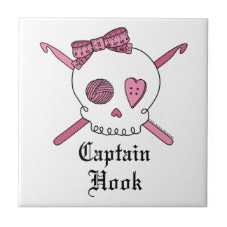 Capitán Hook Skull y ganchos de ganchillo (rosa) Teja