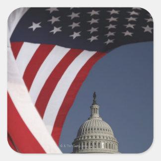 Capitolio de los E.E.U.U. con la bandera americana Calcomanía Cuadrada