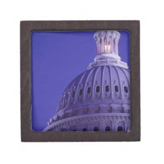 Capitolio de los E.E.U.U. en la oscuridad con la l Caja De Regalo De Calidad