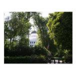 Capitolio que mira a escondidas a través de los ár tarjetas postales