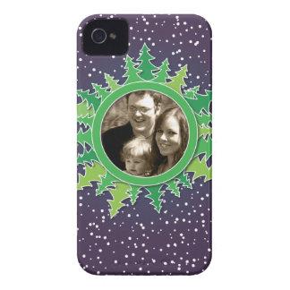 Capítulo con los árboles de navidad en BG púrpura iPhone 4 Case-Mate Carcasa