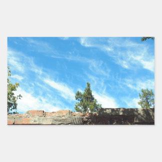 Capítulo de un cielo azul con las nubes pegatina rectangular