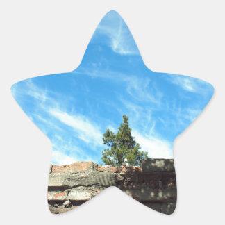 Capítulo de un cielo azul con las nubes pegatina en forma de estrella