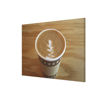 Cappuccino con diseño del árbol en espuma lona envuelta para galerías