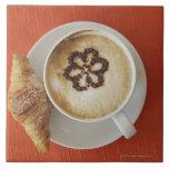 Cappuccino con el chocolate y un croissant, Italia Azulejo