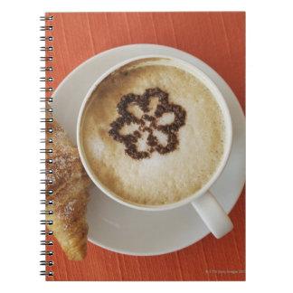 Cappuccino con el chocolate y un croissant, Italia Note Book