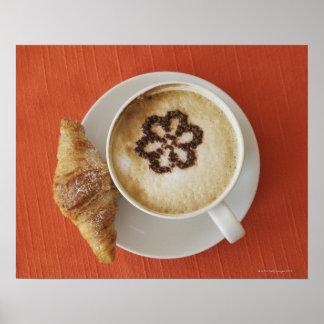 Cappuccino con el chocolate y un croissant, Italia Póster