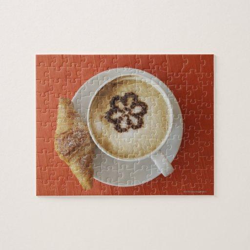 Cappuccino con el chocolate y un croissant, Italia Rompecabezas Con Fotos